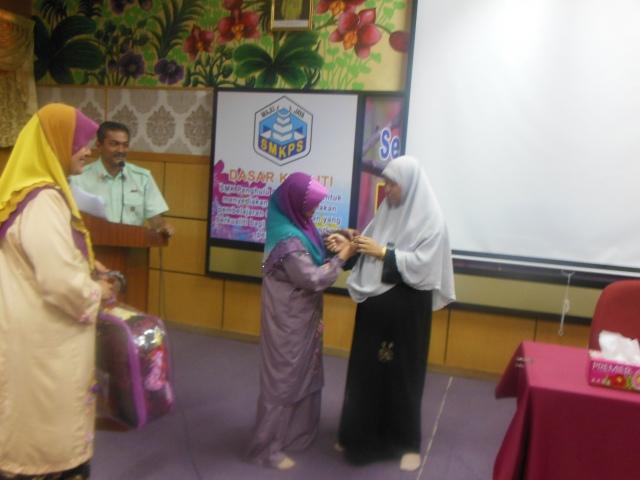 Ustazah Siti Nur (Panitia Pendidikan Islam) menyampaikan cenderamata kepada Ustzh Norhidayati
