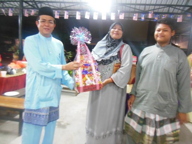 Keluarga Puan Rohaya menerima Anugerah Keluarga  Seiras