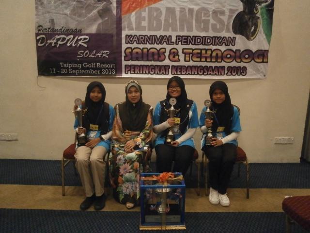 Guru pengiring, Puan Hasniza bersama peserta SMKPS