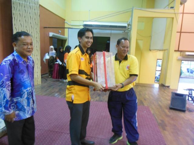 Encik Yassin (SMKPS) menerima piala pusingan juara daripada Pegawai Belia dan Sukan Batu Pahat