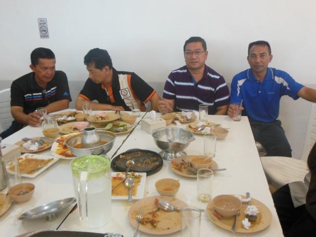 Menikmati makan tengah hari di restoran halal