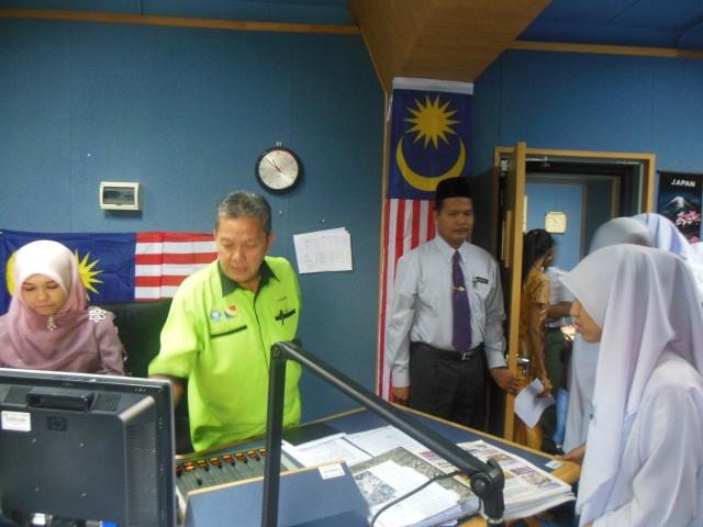 Encik Azahari dan juruhebah bertugas memberi penerangan di Bilik Konti RTM Melaka