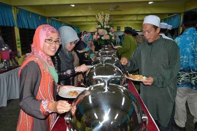 Puan Fariza, Puan Norazah dan Encik Azmi menikmati jamuan