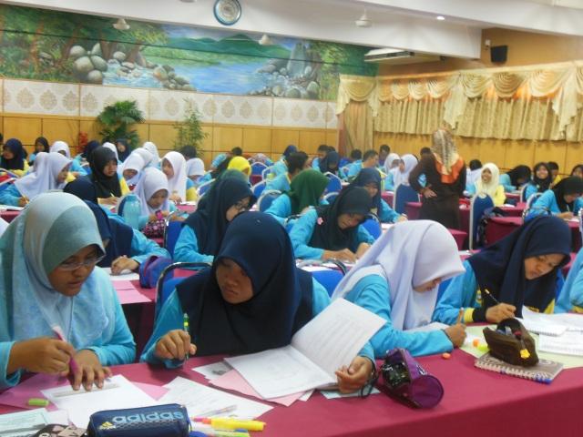 Pelajar sedang tekun menyiapkan tugasan