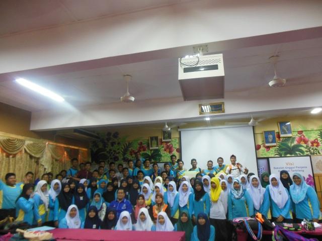 Peserta dan guru terbabit bergambar kenangan di akhir kursus