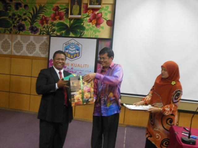 Encik Mohsin menyampaikan cenderamata kepada Haji Mohd  (penceramah)
