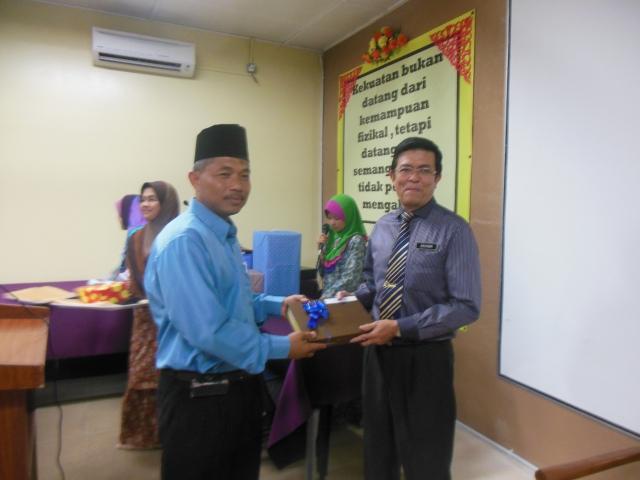 Encik Mohsin menerima cenderamata daripada Pengerusi PIBG