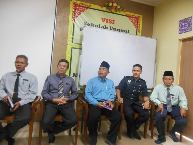 Encik Mohsin bersama barisan pentadbir dan lainnya