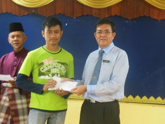 Mohd Hafiz menerima slip  SPM
