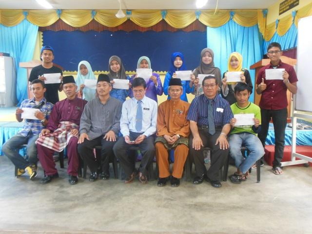 Pentadbir sekolah bergambar kenangan dengan pelajar cemerlang SPM 2013