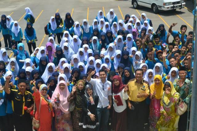 Dr Faiz bersama guru dan pelajar