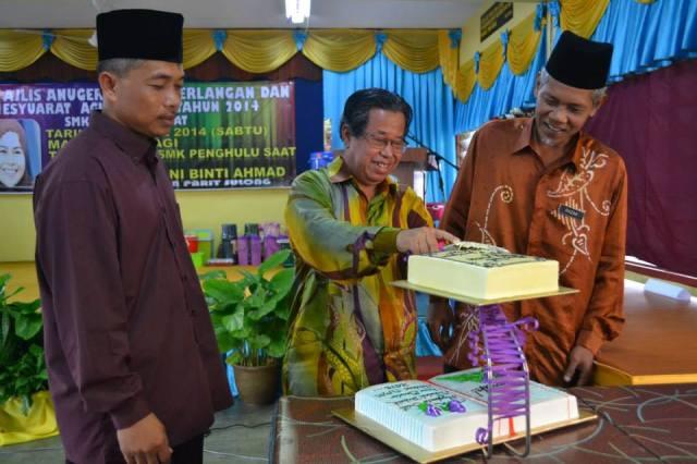 Haji Sudin memotong kek atas kejayaan cemerlang dalam SPM