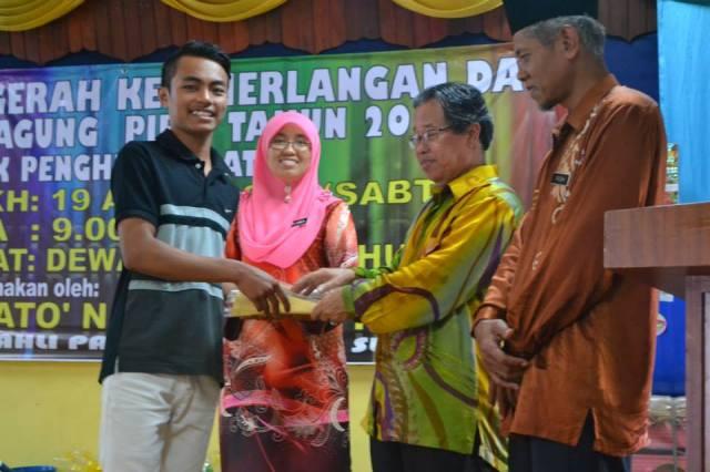 Pelajar cemerlang SPM 2013, Mohd Izaat Hashim menerima hadiah