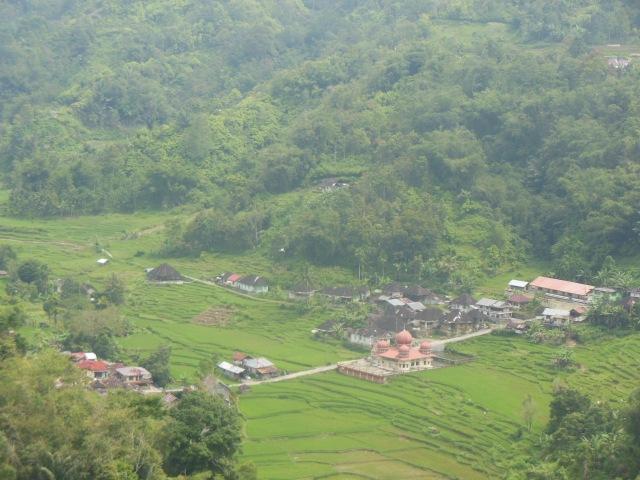 Sebuah desa dilihat semasa dalam perjalanan ke Danau Maninjau