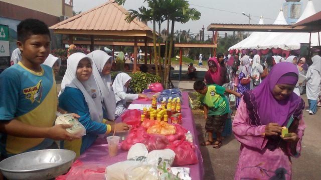 Pelajar menjual barangan sumbangan ibu bapa