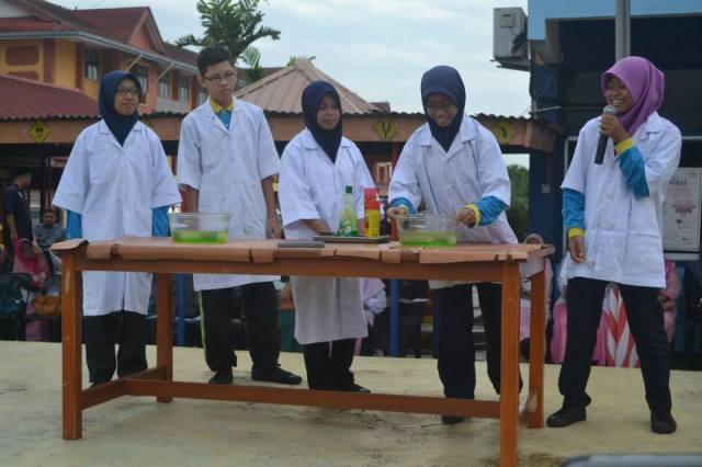 Pelajar membuat eksperimen sains