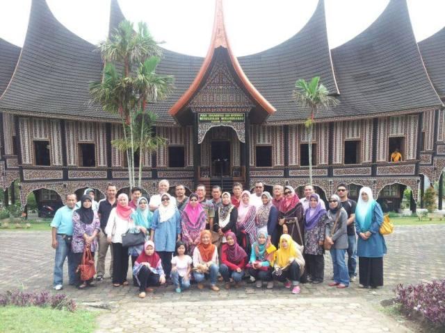 Foto kenangan di hadapan Muzium Minangkabau, Padang