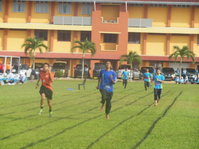 Atlet bersaing dalam acara 4 x  400 meter