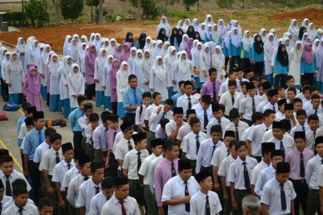 Pelajar-pelajar menghayati bait-bait lirik lagu tema bulan kemerdekaan