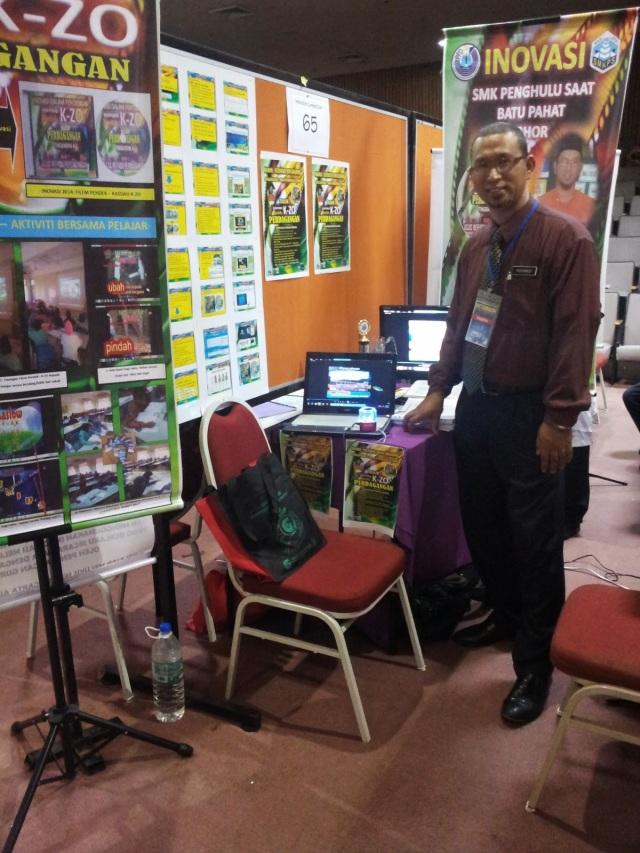 Cikgu Roswadi dengan hasil inovasinya K-ZO